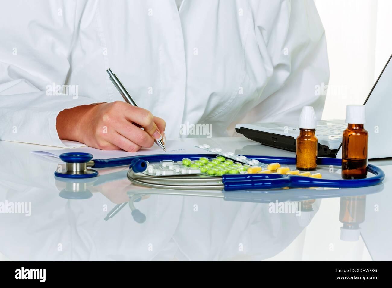 Eine junge Ärztin verschreibt Medikamente. Rezeptpflichtige Tabletten werden vom Arzt verordnet. Stock Photo