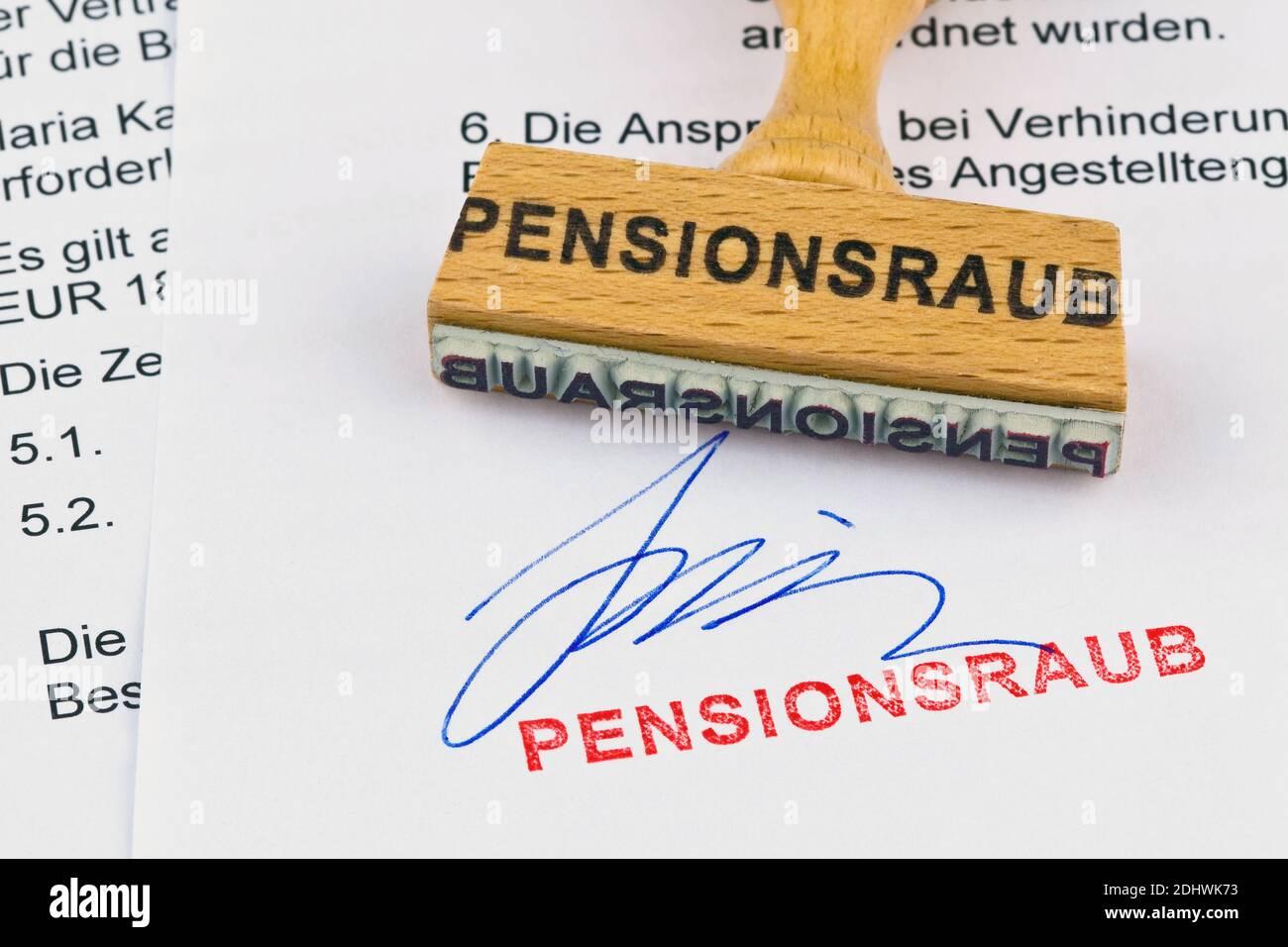 Ein Stempel aus Holz liegt auf einem Dokument. Aufschrift Pensionsraub Stock Photo