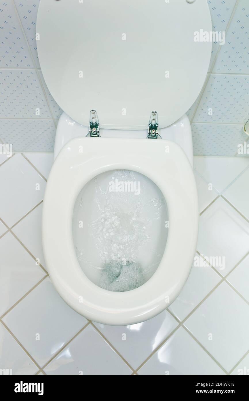 Eine hygienische Toilette mit Wasserspülung in einem Haushalt. Badezimmer und WC Stock Photo