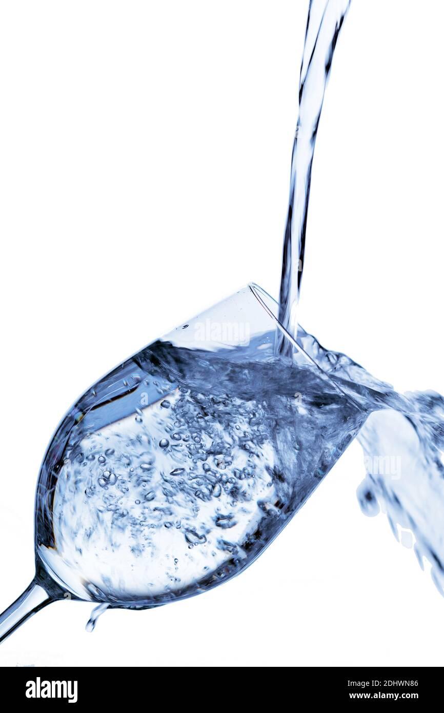 Reines und sauberes Wasser wird in ein Glas eingefüült. Trinkwasser, Wasserglas, Glas, Dehydratation, dehydrieren, Dehydrierung, Wasserglas, Mineralwa Stock Photo