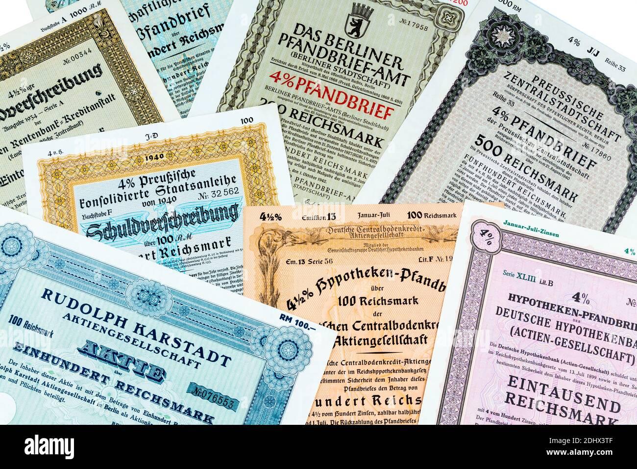 Das Wort Aktie auf einem Wertpapier. Richtige Geldanlage und Investment an der Börse. Historische Wertpapiere Stock Photo