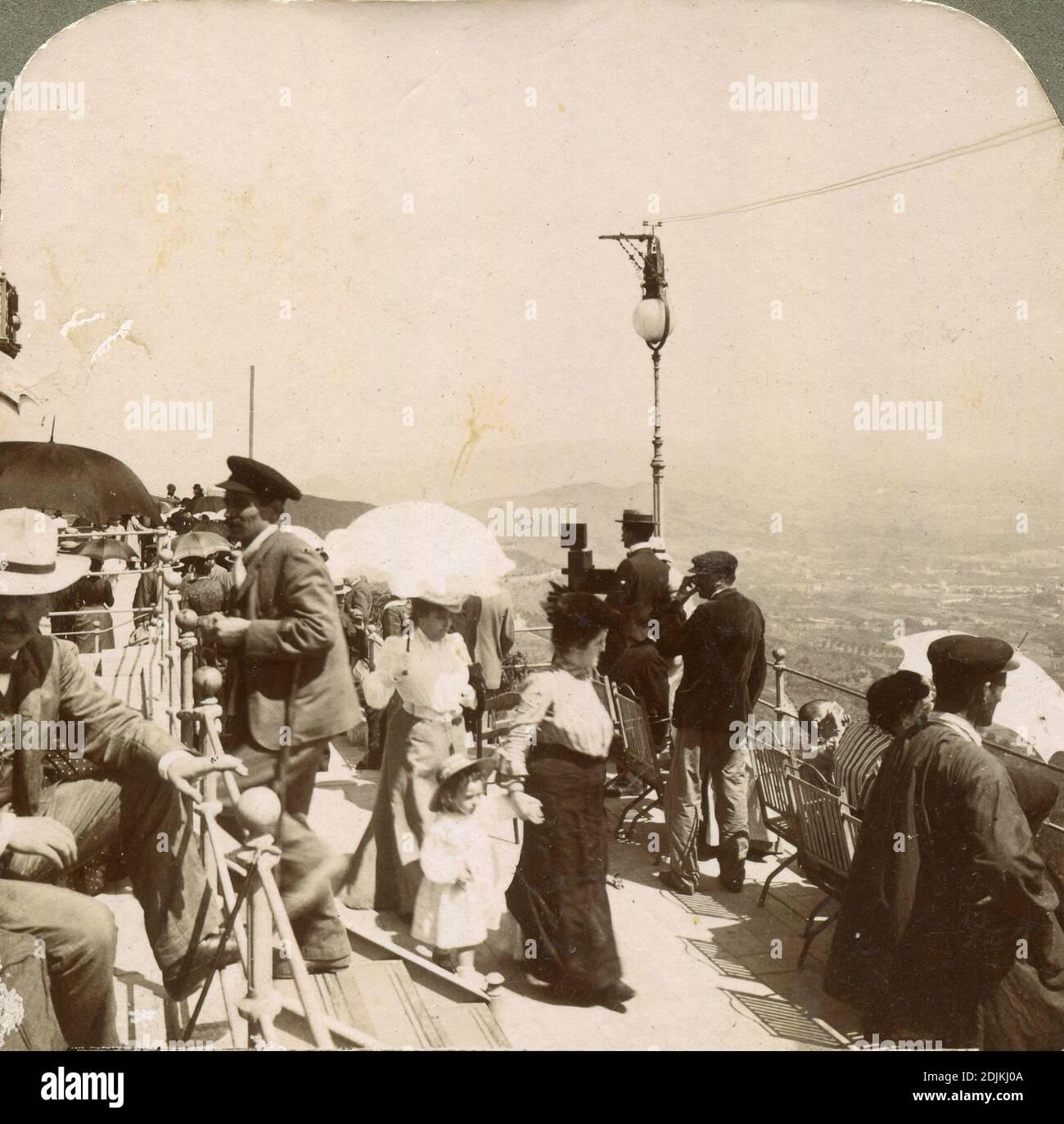 Estudiando el eclipse en el Tibidabo. Stock Photo