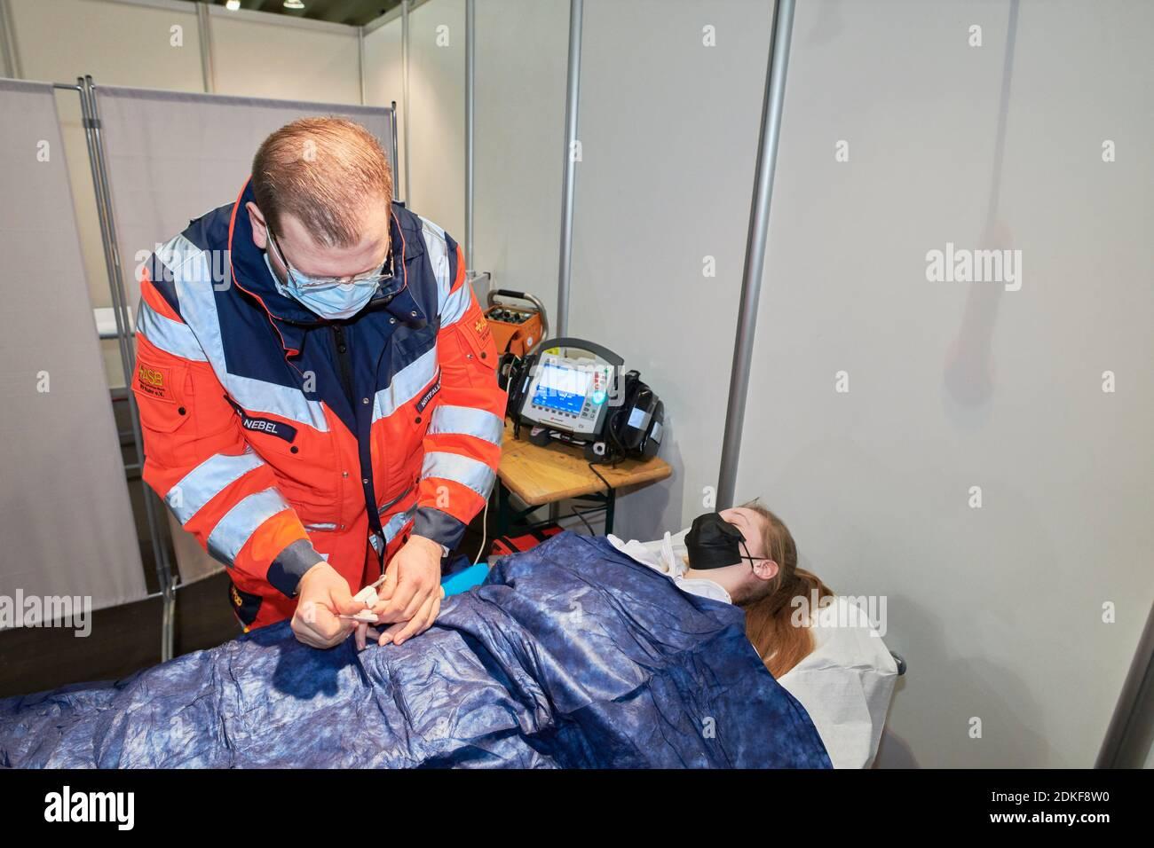 Covid19 Impfzentrum der Stadt Essen in einer Messehalle eingerichtet mit Beteilingung verschiedenster Hilfsorganisationen Stock Photo