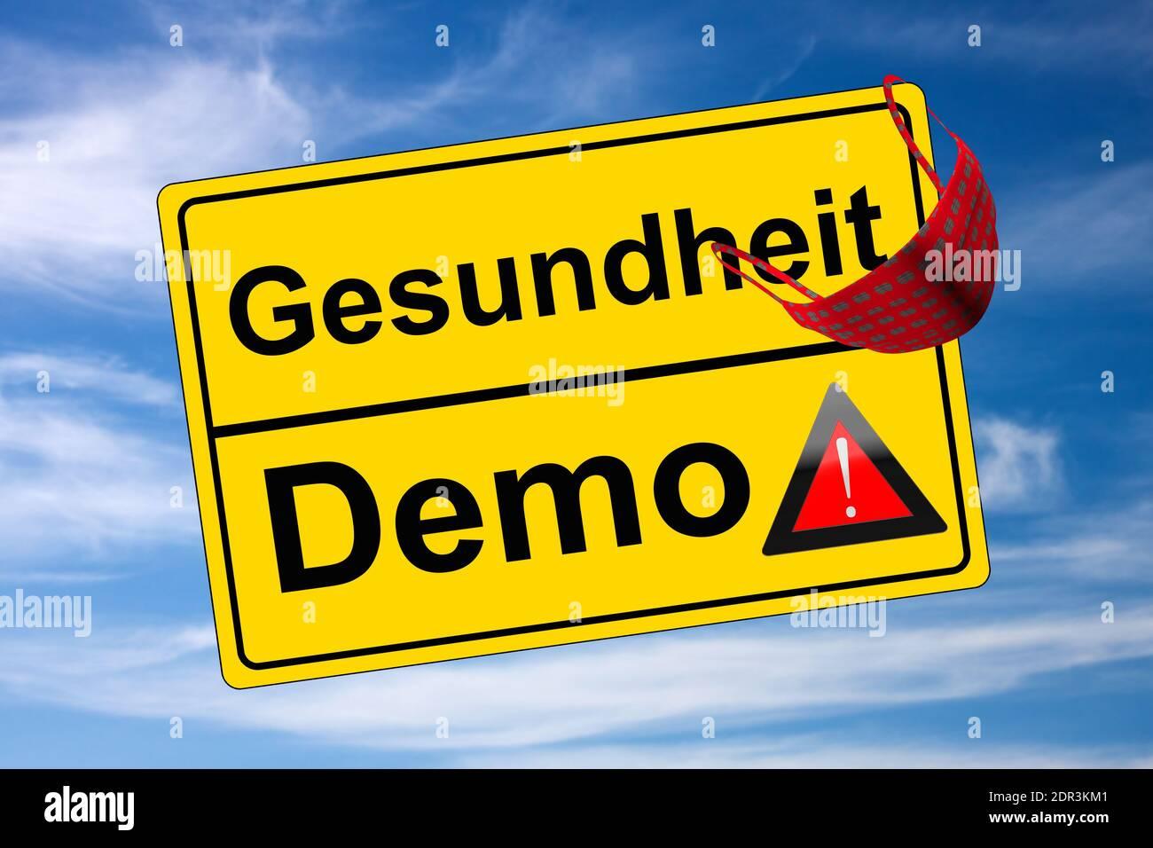 Ortschild auf Himmel Demo kontra Gesundheit mit Warndreieck und Maske Stock Photo