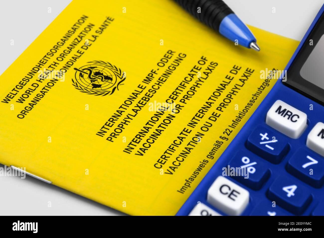 Internationaler Impfpass und Rechner auf weißem Hintergrund Stock Photo