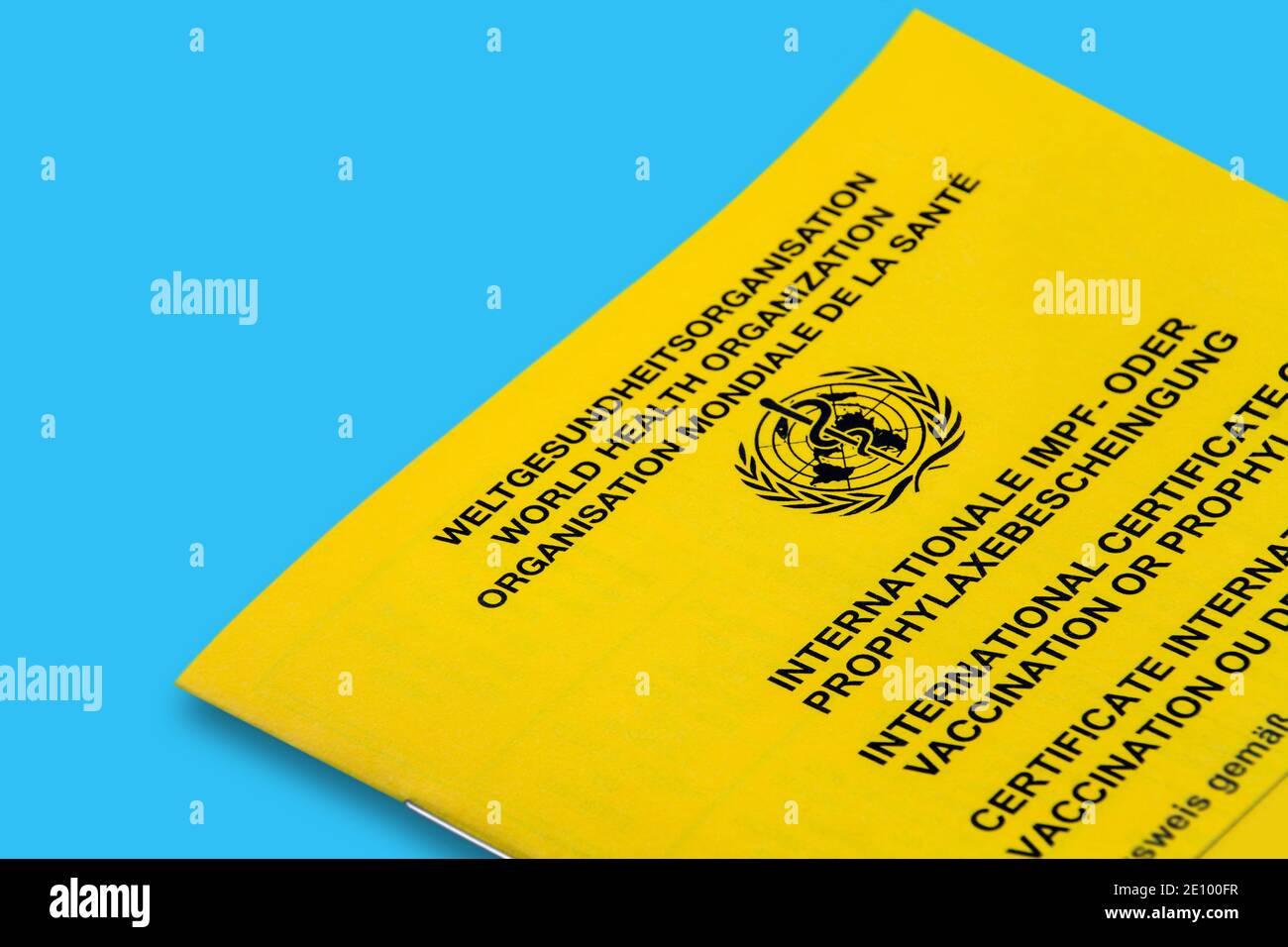 Internationaler Impfpass auf blauem Hintergrund Stock Photo