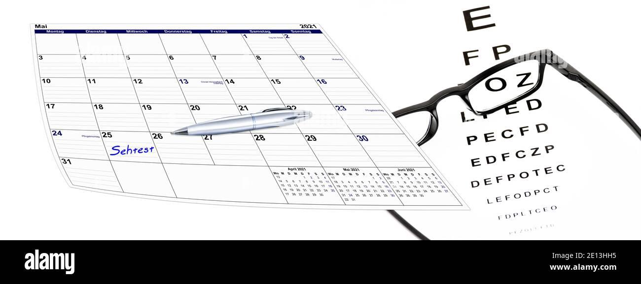 Kalender mit Sehtest und Brille und Kugelschreiber, Terminvergabe Stock Photo