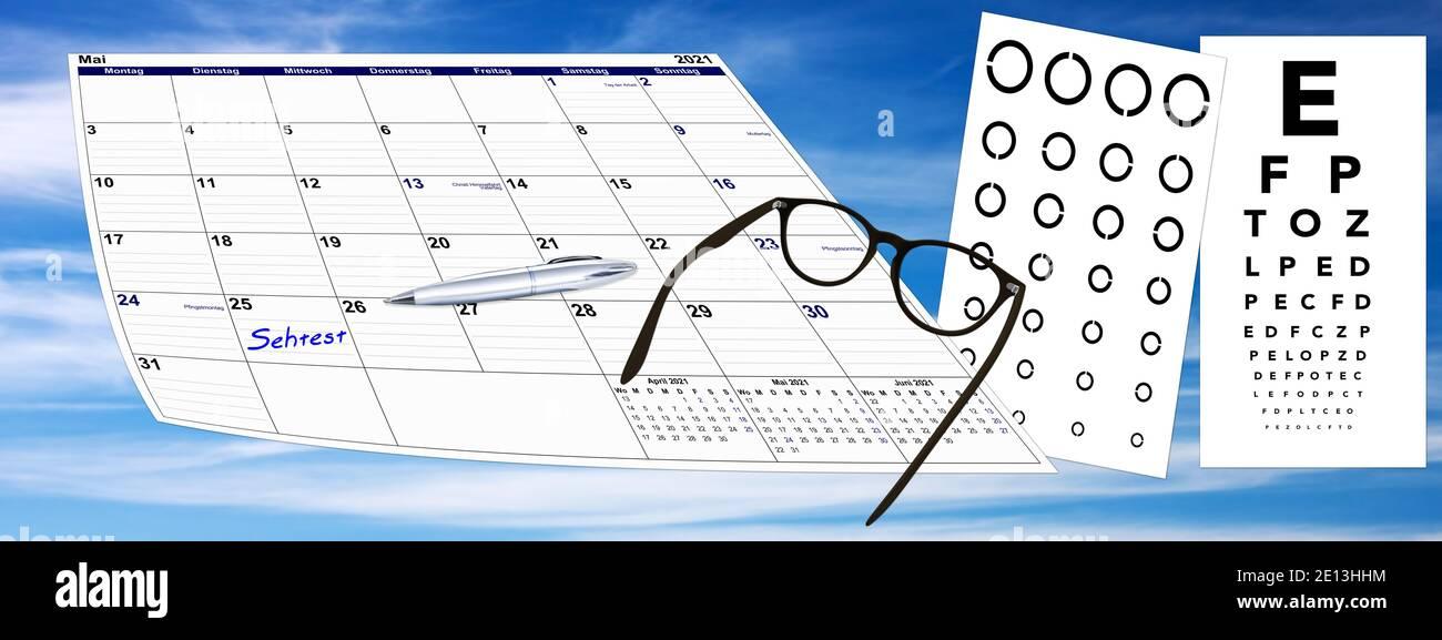 Kalender mit Sehtest und Brille und Kugelschreiber auf Himmel Hintergrund, Terminvergabe Stock Photo