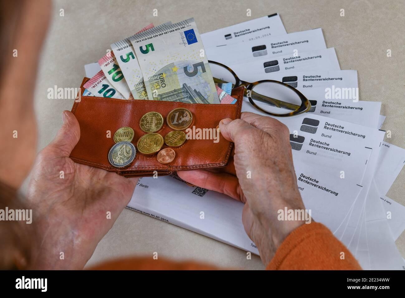 Symbolfoto, Rente, Seniorin, Haende, Geld, Portemonnaie, Rentenbescheid Stock Photo