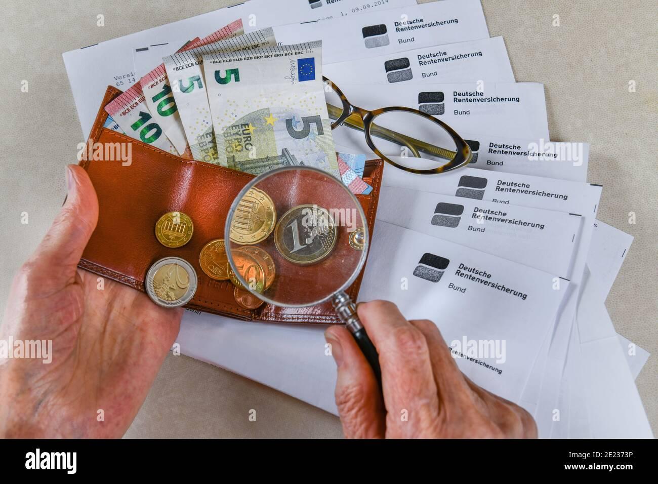 Symbolfoto, Rente, Seniorin, Haende, Geld, Portemonnaie, Lupe, Rentenbescheid Stock Photo