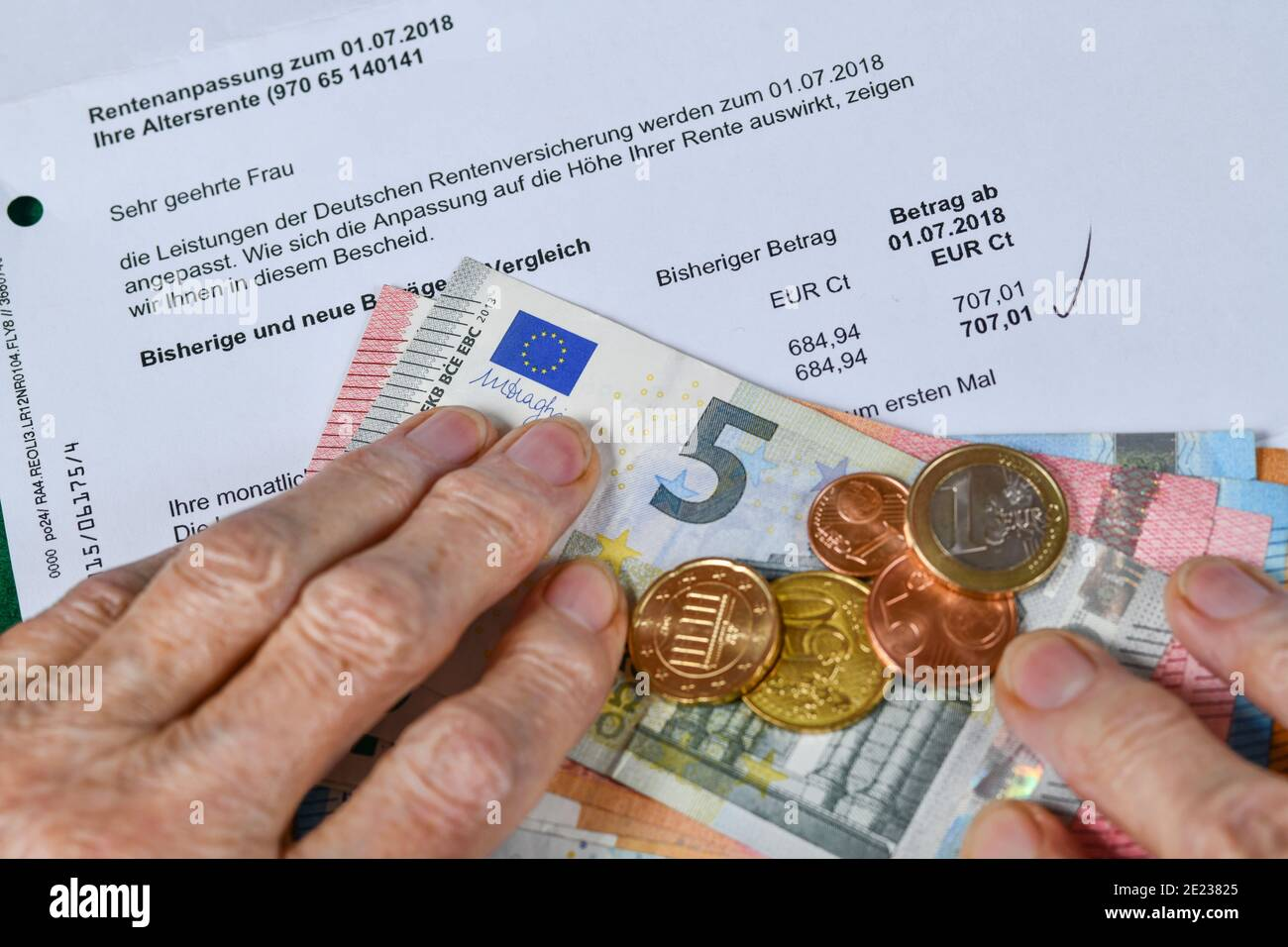 Symbolfoto, Rente, Seniorin, Haende, Geld, Rentenbescheid Stock Photo