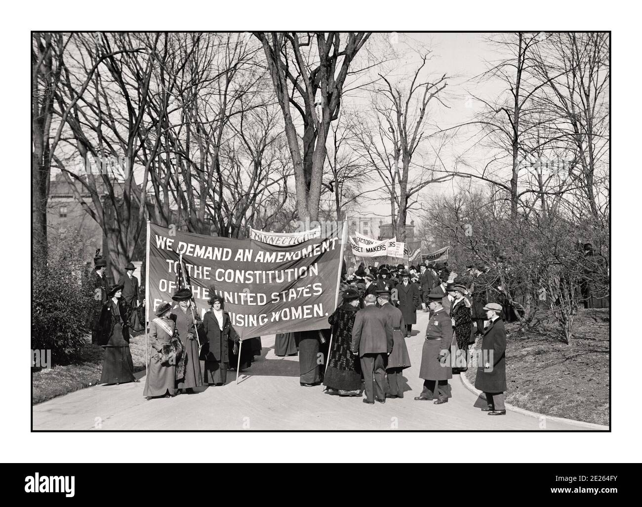 """1914 Suffragette movement, Women's suffrage, under the banner """"Votes for Women"""", which began in the mid-19th century, culminated in victory with the ratification of the 19th Amendment to the Constitution on Aug. 19, 1920.  SUFFRAGE CONNECTICUT USA 1914 Stock Photo"""
