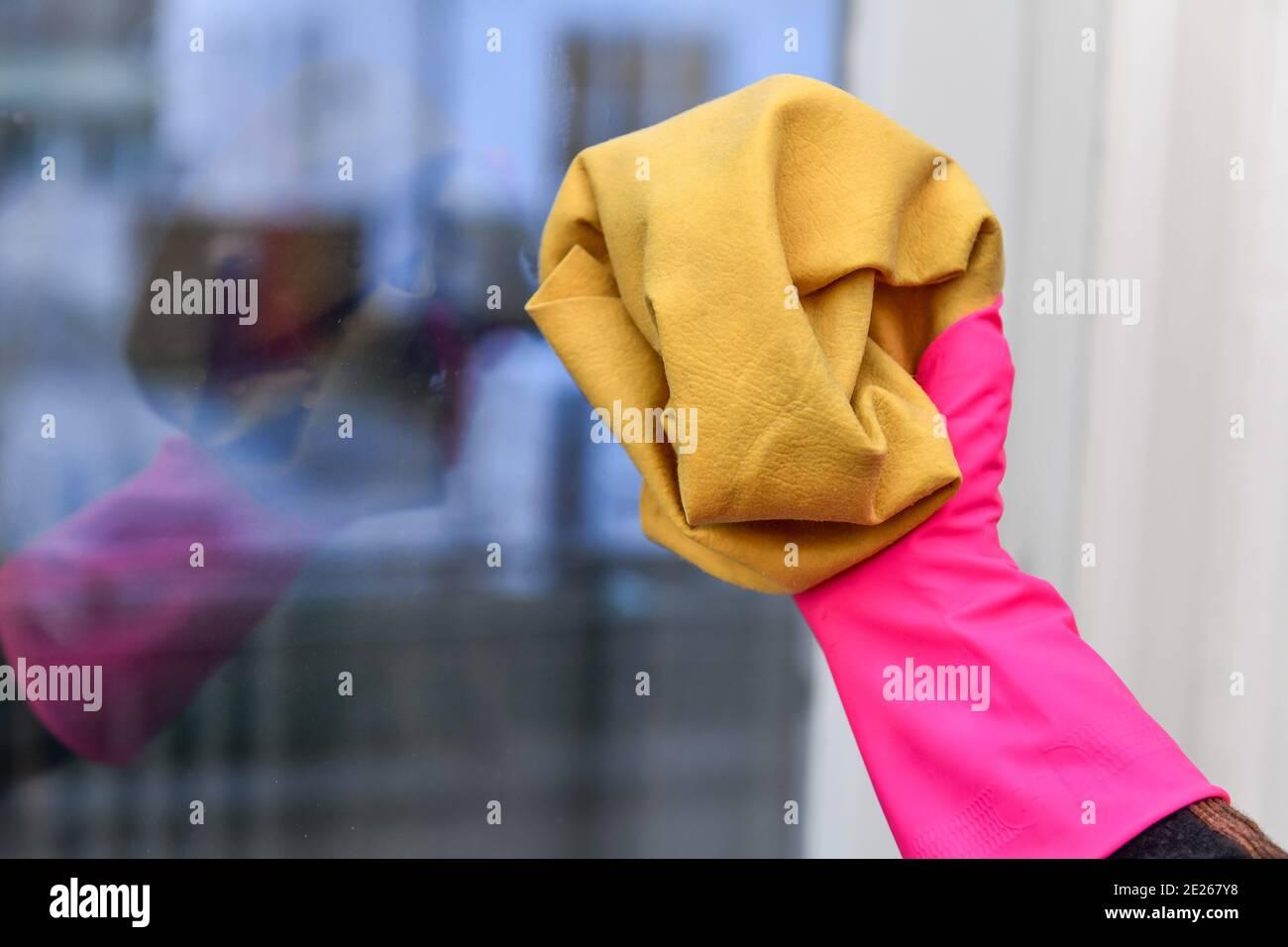 Fensterreinigung, Ledertuch Stock Photo