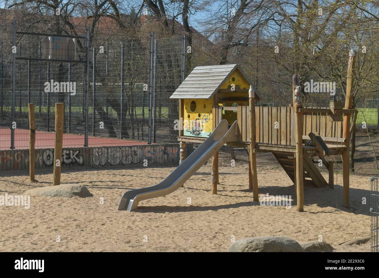 Berlin in Zeiten der Corona-Krise, 25.03.2020. Hier: Leerer Kinderspielplatz im Volkspark Wilmersdorf, Berlin, Deutschland Stock Photo