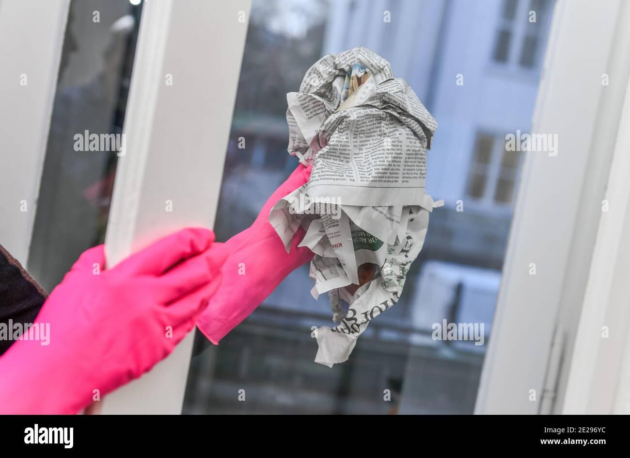 Fensterreinigung, Zeitungspapier Stock Photo