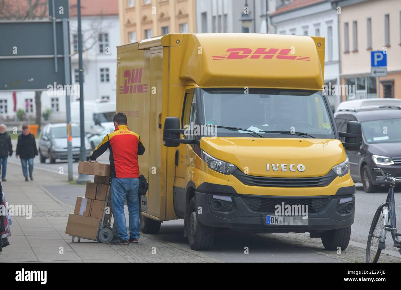 DHL Transporter Pakete Auslieferung, Oranienburg, Landkreis Oberhavel, Brandenburg, Deutschland Stock Photo