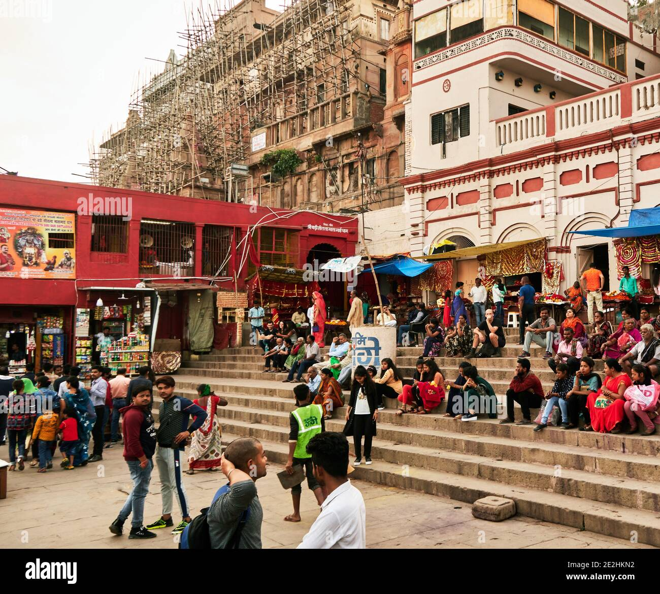 Varanasi (ex-Bénares), Uttar Pradesh, India . In the buildings under restoration surrounded by bamboo scaffolding live colonies of monkeys that partic Stock Photo