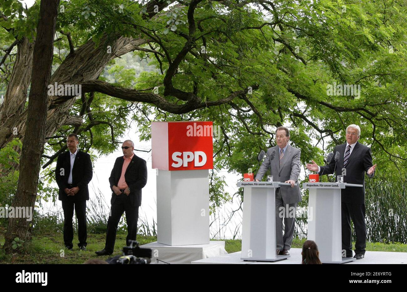 Frank-Walter Steinmeier (R) Germany's Social Democratic candidate for chancellor and SPD leader Franz Muentefering address the media in Potsdam, July 30, 2009.     REUTERS/Tobias Schwarz     (GERMANY POLITICS ELECTIONS) Stock Photo