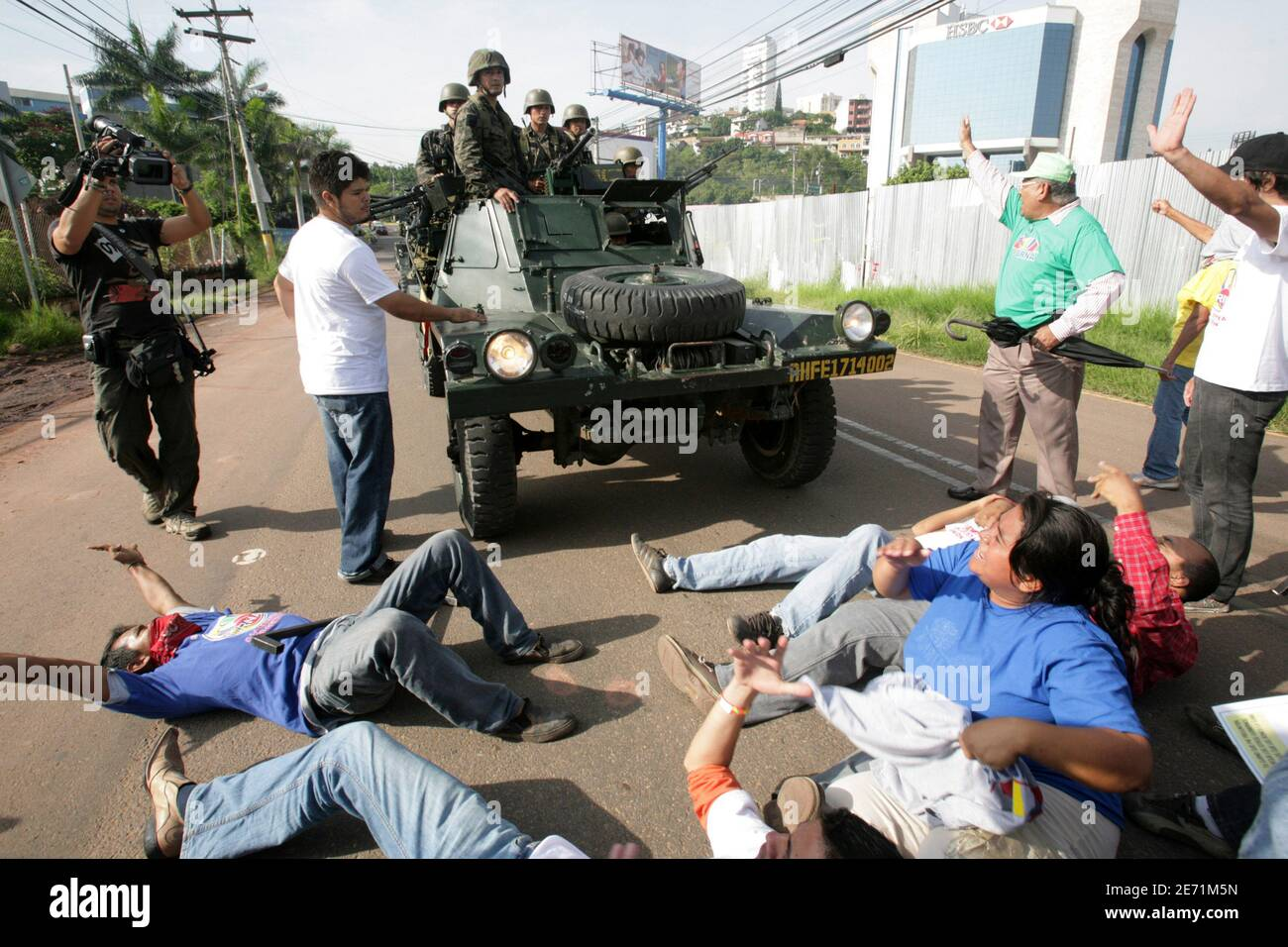 Supporters of Honduras' President Manuel Zelaya block a street to prevent military vehicles from passing near the presidential residency in Tegucigalpa June 28, 2009. Witnesses said Zelaya was detained at home by troops in a constitutional crisis over his attempt to win re-election. CNN's Spanish-language channel later quoted Costa Rican officials as saying he was in Costa Rica and seeking political asylum. REUTERS/Oswaldo Rivas (HONDURAS POLITICS CONFLICT MILITARY) Stock Photo