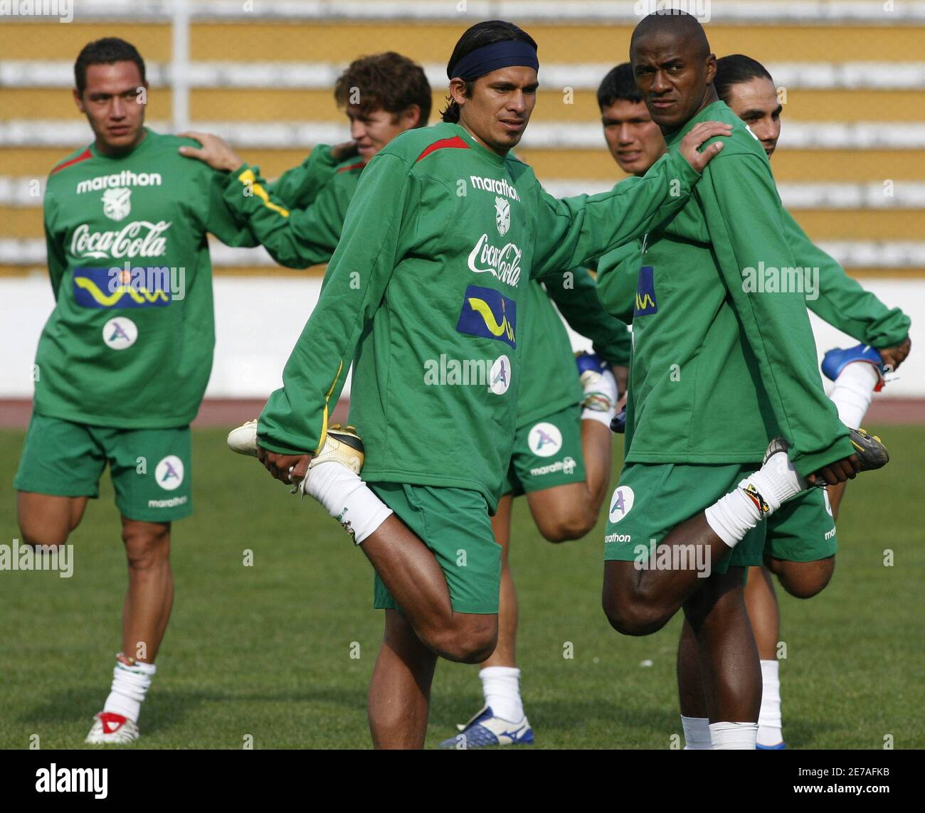 Bolivia's Gualberto Mojica, Muiguel Hoyos, Santos Amador, Nelson Sosa, Augusto Andaverris and Ronald Gutierrez (L-R) stretch during a training session in La Paz October 1, 2007. Bolivia will face Uruguay next October 13 in Montevideo for a qualifying match for the World Cup South Africa 2010.    REUTERS/David Mercado   (BOLIVIA) Stock Photo