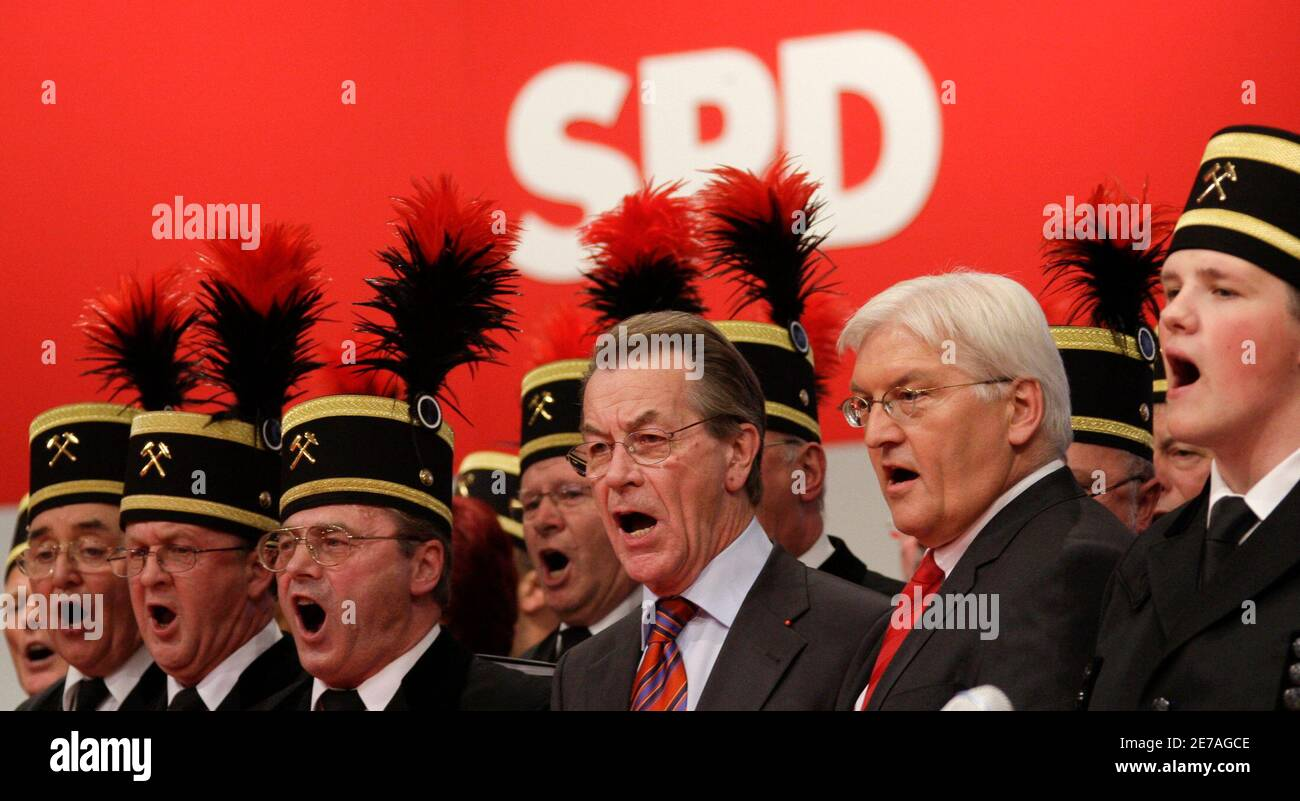 Newly elected SPD chairman Franz Muentefering (L) and German Foreign Minister Frank-Walter Steinmeier, SPD candidate for chancellor, sing at a Germany's Social Democratic party SPD convention in Berlin, October 18, 2008.     REUTERS/Tobias Schwarz     (GERMANY) Stock Photo