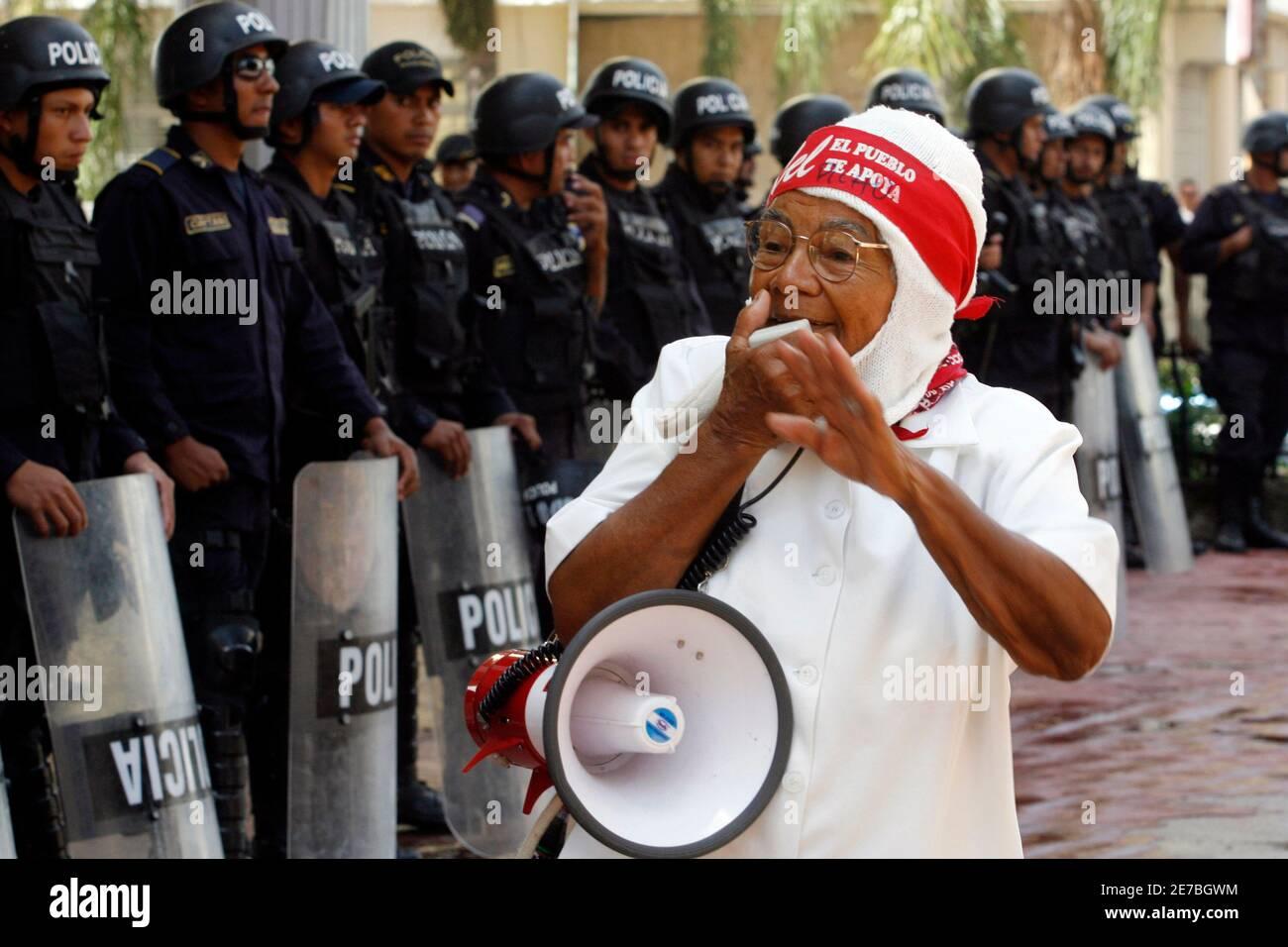 A supporter of Honduras' ousted President Manuel Zelaya shouts slogans against Honduras' de facto leader Roberto Micheletti  during a protest outside the National Congress in Tegucigalpa November 2, 2009.  REUTERS/Oswaldo Rivas (HONDURAS POLITICS CONFLICT) Stock Photo