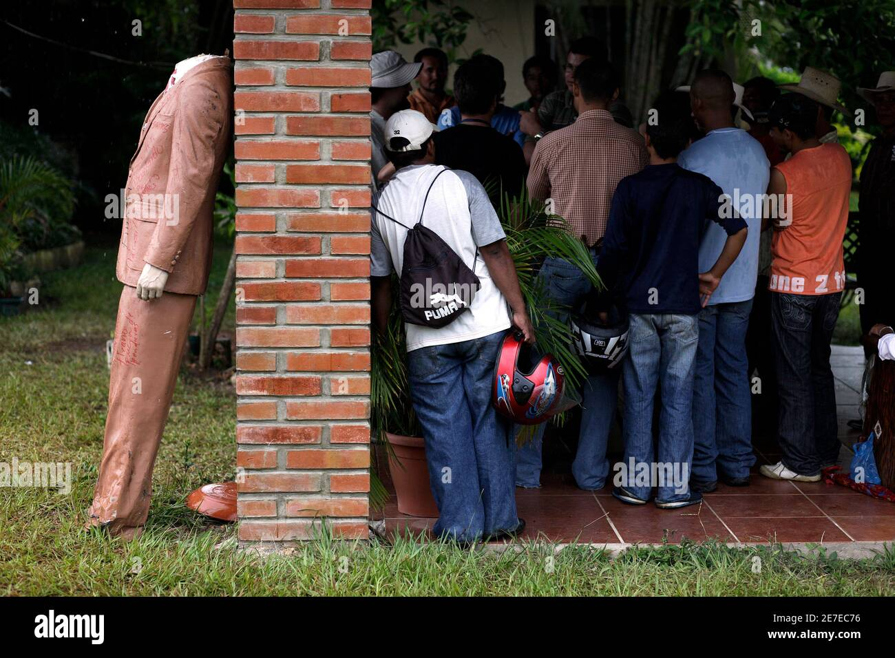 Supporters of Honduras' ousted President Manuel Zelaya gather at his ranch in Catacamas July 21, 2009. Picture taken July 21, 2009.  REUTERS/Daniel LeClair   (HONDURAS CONFLICT POLITICS) Stock Photo