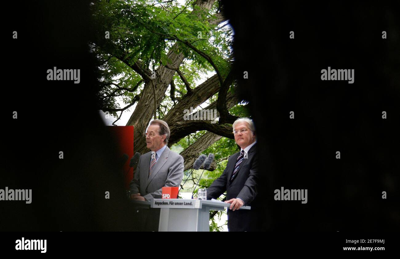 Frank-Walter Steinmeier (R), Germany's Social Democratic candidate for chancellor and SPD leader Franz Muentefering address the media in Potsdam, July 30, 2009.     REUTERS/Tobias Schwarz     (GERMANY) Stock Photo