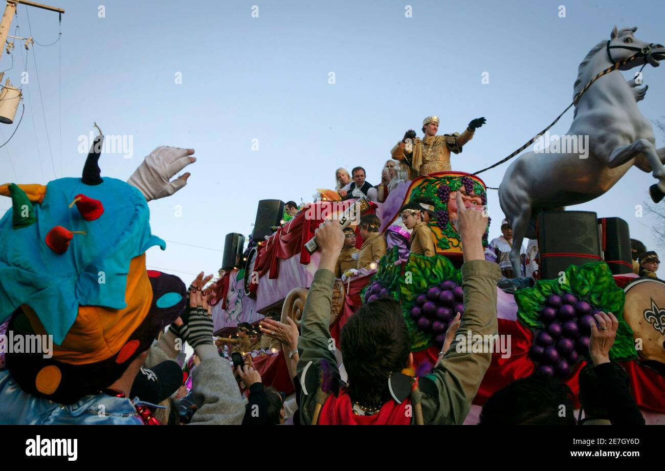 New Orleans Saints' quarterback Drew Brees, dressed as King of Bacchus, prepares to throw a toy football during the Bacchus Mardi Gras parade in New Orleans, Louisiana February 14, 2010. REUTERS/Lee Celano (UNITED STATES - Tags: SPORT FOOTBALL SOCIETY) Stock Photo
