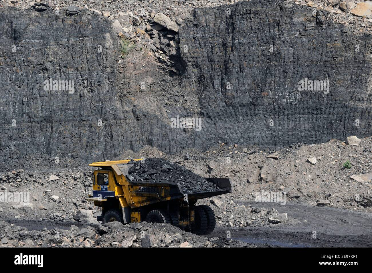 INDIA Dhanbad, open-cast coal mining of BCCL Ltd a company of COAL INDIA, large BEML dumper for coal transport from the mine / INDIEN Dhanbad , offener Kohle Tagebau von BCCL Ltd. ein Tochterunternehmen von Coal India Stock Photo