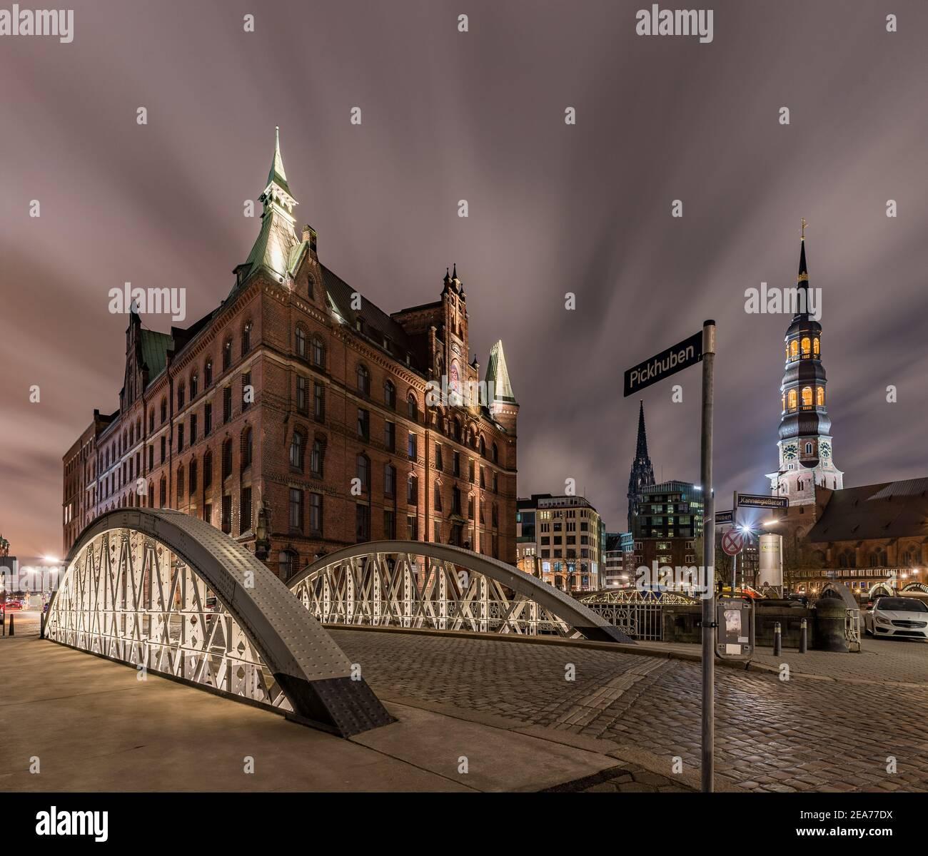 Hamburg Speicherstadt Pickhuben with Sandthorquaihof and church St. Katharinen at night Stock Photo