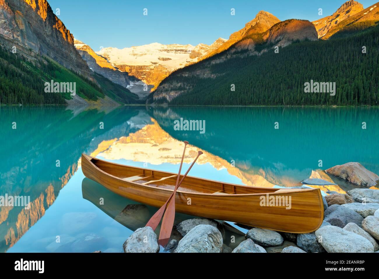 Cedar-Strip Canoe at Lake Louise, Banff National Park, UNESCO World Heritage Site, Alberta, Canadian Rockies, Canada, North America Stock Photo