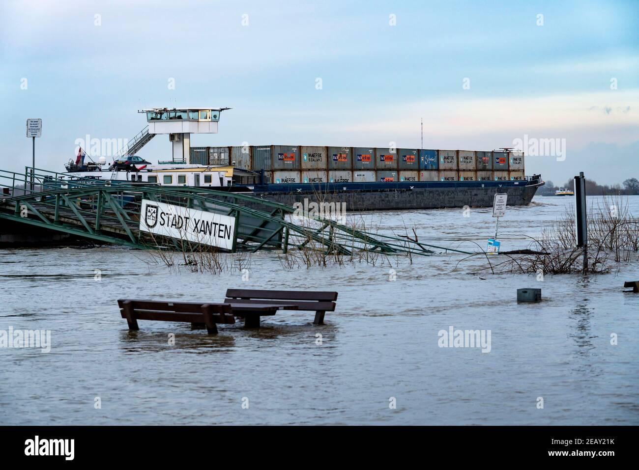 High water on the Rhine, flooded Rhine bank, old ferry landing stage, Rhine meadows, near Xanten, Bislicher Insel, Lower Rhine, NRW, Germany, Stock Photo