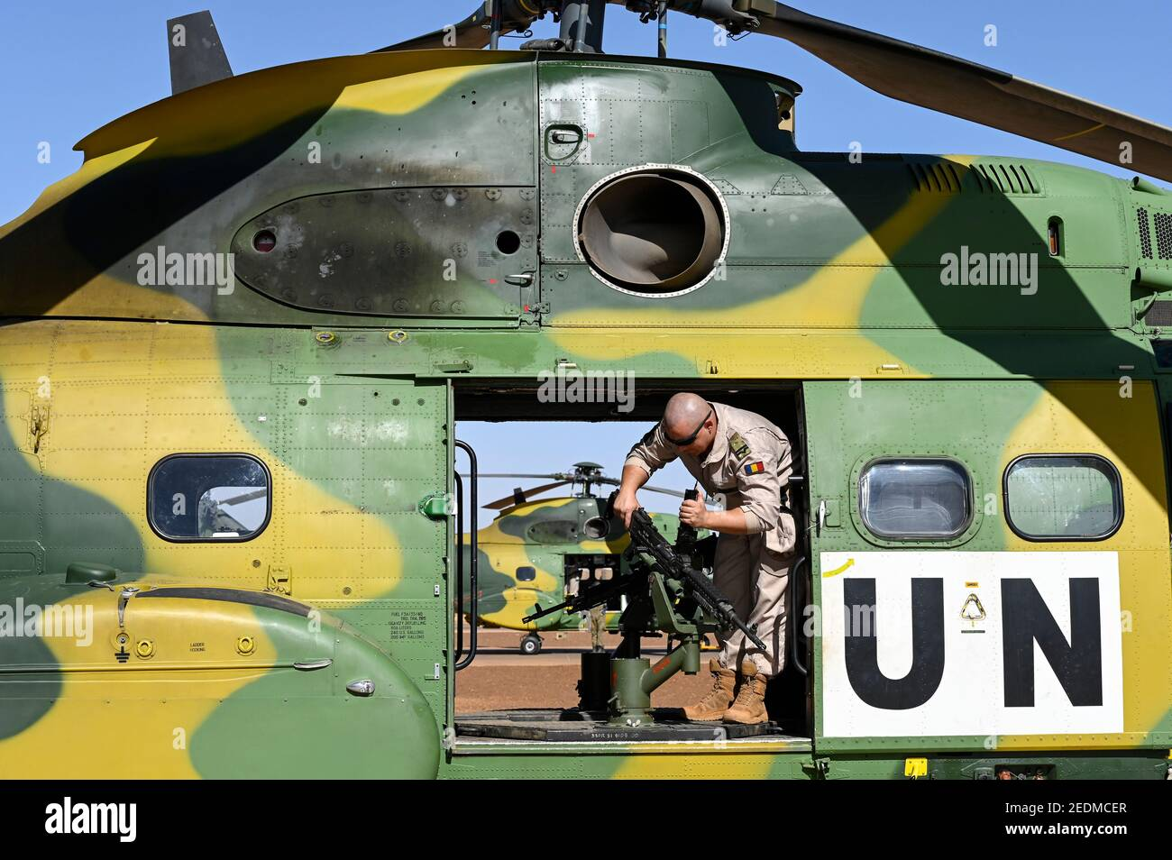 MALI, Gao, Minusma UN mission, Camp Castor, Helicopter unit Romanian Pumas for paramedic rescue flights, Helicopter IAR-330 Puma L-RM, combatant at american machine gun M240 B of american company FN Manufacturing Inc. in Columbia / MALI, Gao, UN Mission Minusma, Multidimensionale Integrierte Stabilisierungsmission der Vereinten Nationen in Mali, CAMP CASTOR , rumänische Hubschrauber Staffel für medizinische Hilfe, Helikopter IAR-330 Puma L-RM, Maschinengewehr M240 B des US Hersteller FN Manufacturing, Inc. in Columbia Stock Photo