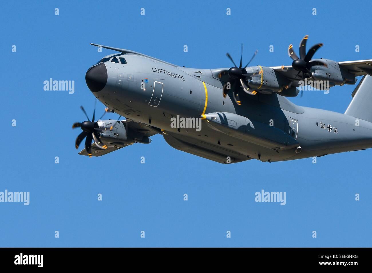 """07.06.2018, Wunstdorf, Lower Saxony, an Airbus A400M """"Atlas"""" in flight, taken on spotterday on Air Transport Wing 62. The Airbus A400M has been replacing transport aircraft from seven NATO countries since 2013. In the German Air Force, the A400M is to replace the old Transall C-160 from the 1960s. With a higher payload, range and speed, the A400M should have the same capabilities and also be able to be used as a tanker aircraft. The first A400M was delivered to Germany at the end of 2014, the last of 53 pieces is to take place in 2026. 