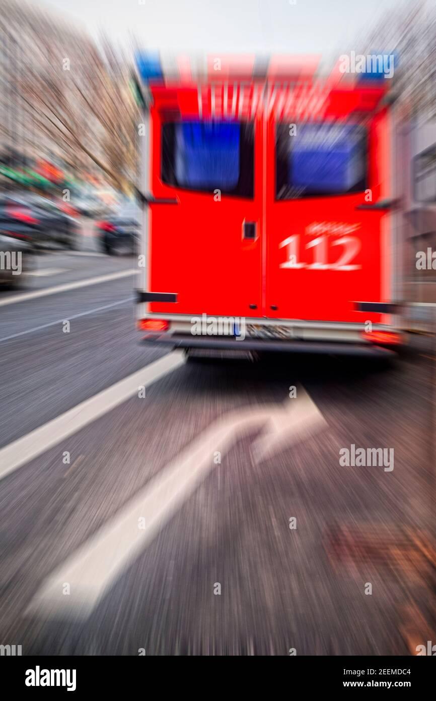 Notarzt Rettungswagen der Berliner Feuerwehr, Einsatzfahrt mit Blaulicht, Blaulicht und Matinshorn, Ambulanz, Kurfuerstendamm, Wilmersdorf Stock Photo