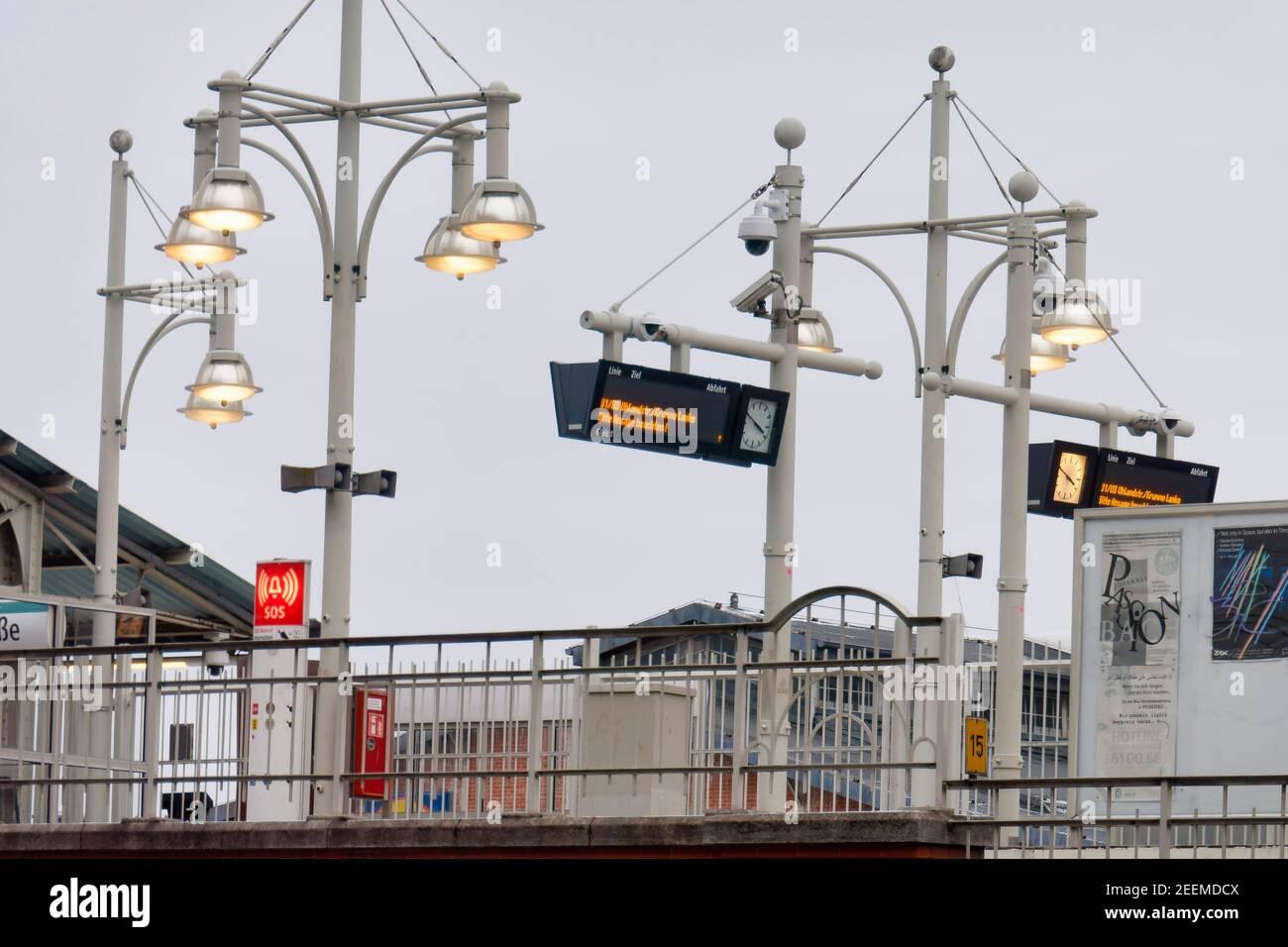 U-Bahnhof Warschauer Strasse, bei Tagesllicht beleuchteter Bahnsteig, Energieverschwendung, BVG, Berlin-Friedrichshain, Deutschland, Stock Photo