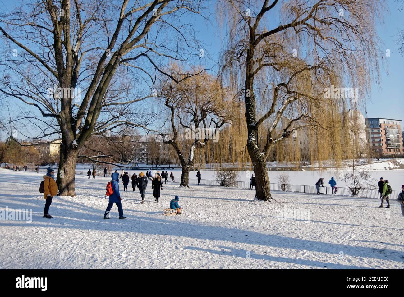 Am Landwehrkanal im Winter, Wintereinbruch im Februar 2021, Spaziergänger in winterlicher Landschaft, Berlin Stock Photo