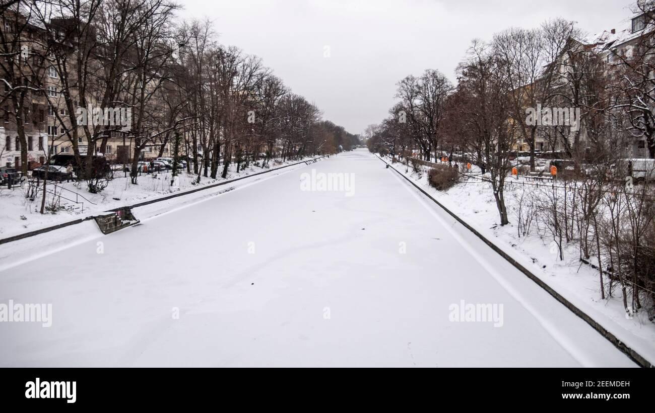 Landwehrkanal im Winter, Wintereinbruch im Februar 2021,   dünne Eisschicht , Berlin Stock Photo