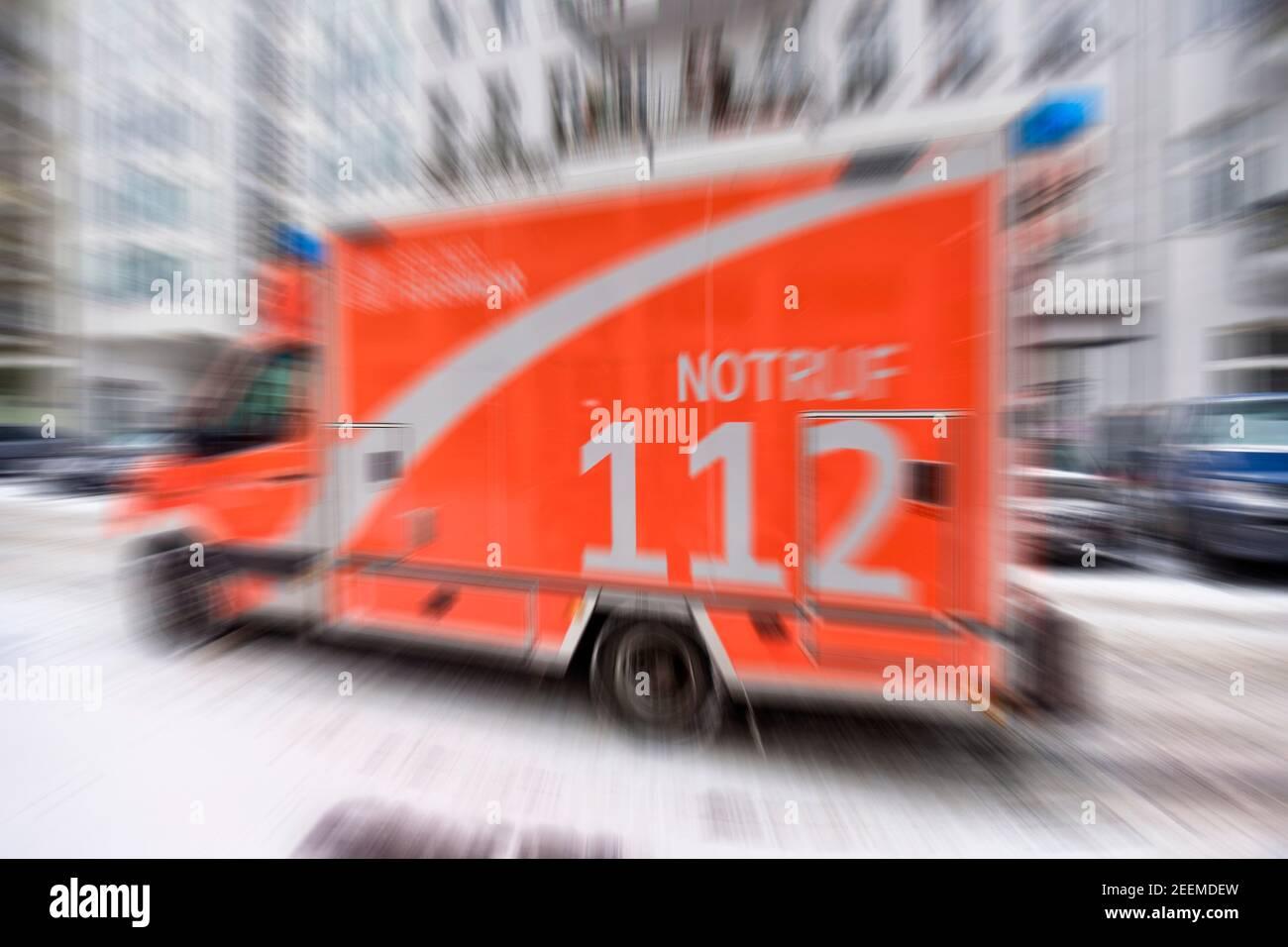 Notarzt Rettungswagen der Berliner Feuerwehr, Einsatzfahrt mit Blaulicht, Blaulicht und Matinshorn, Ambulanz, Kreuzberg, Berlin Stock Photo
