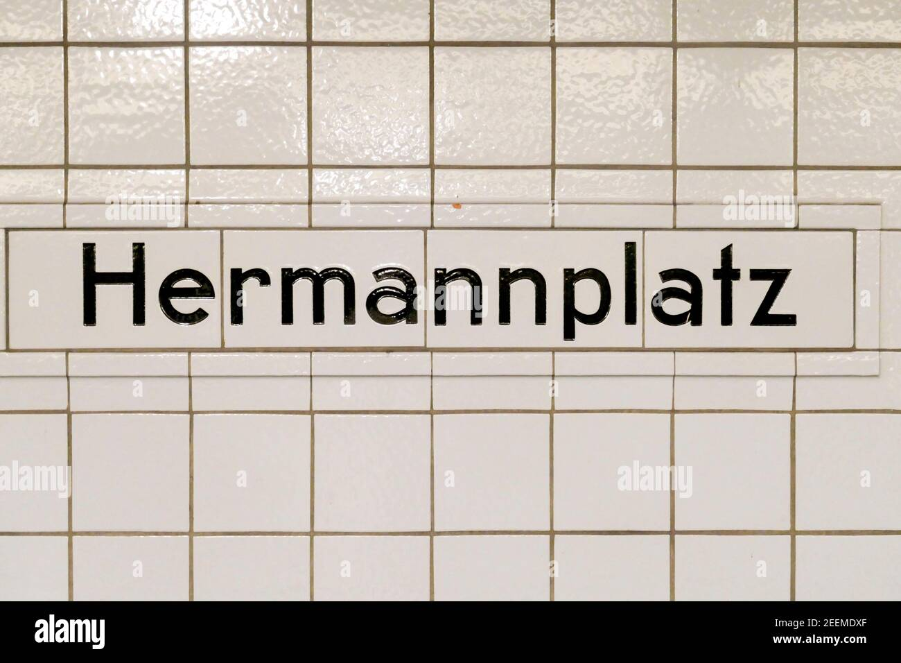U-Bahn Station Hermannplatz, Schriftzug HERMANNPLATZ,  Bahnsteig,  BVG, oeffentlicher Nahverkehr, Berlin Stock Photo