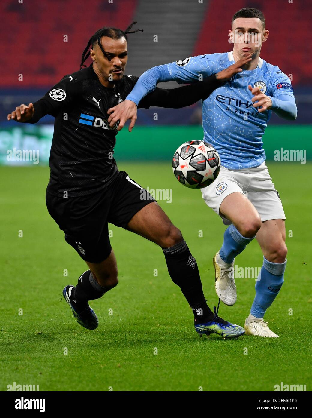 Budapest, Hungary. 24th Feb, 2021. Football: Champions League, Borussia Mönchengladbach - Manchester City, knockout round, round of 16, first leg at Puskas Arena. Gladbach's Valentino Lazaro and Manchester City's Phil Foden (r) in action. Credit: Marton Monus/dpa/Alamy Live News Stock Photo