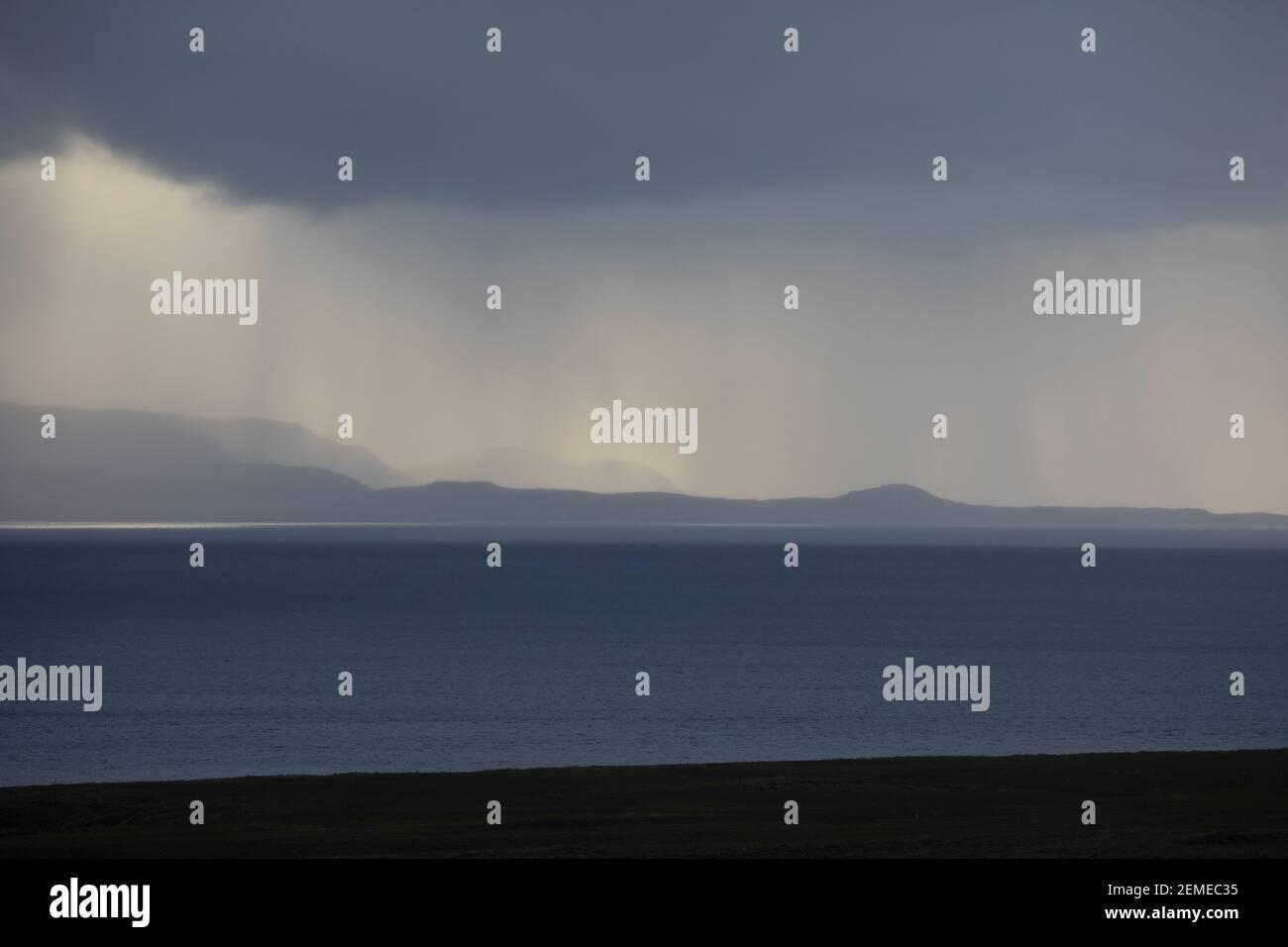 Regen über dem Meer, Unwetter, Wetter, Sonnenstrahlen, Wolkenhimmel, Regenschauer, Schauer, Wolken, Wolke, Regenwolke, Regenwolken, Regenfront, Unwett Stock Photo