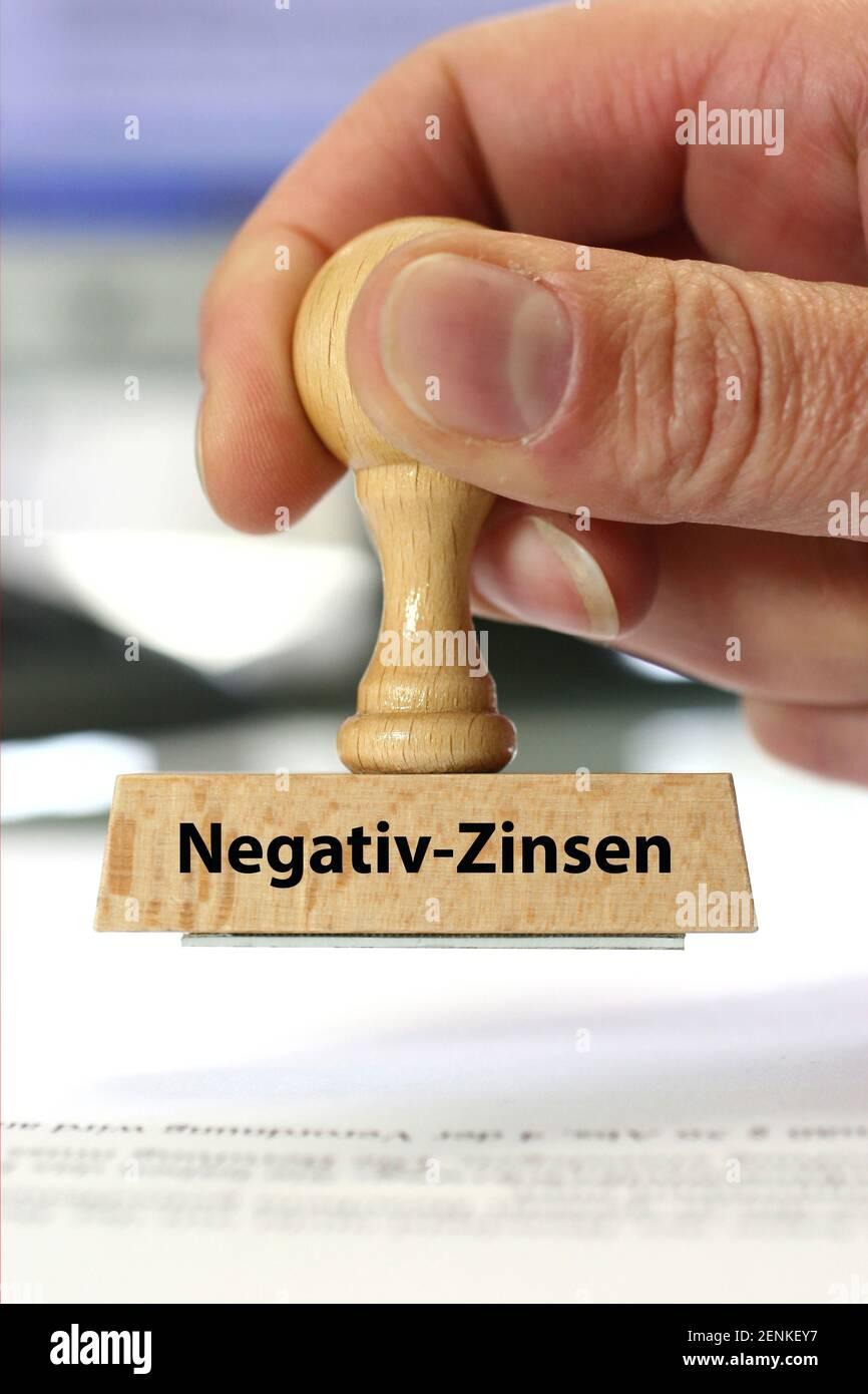 Stempel, Holzstempel, Aufschrift: Negativ-Zinsen Stock Photo