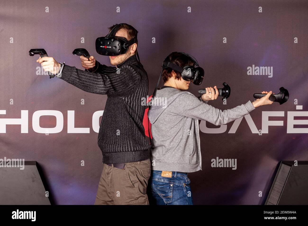 Eintauchen in die Welt der Virtual Reality, das Holocafe bietet ein Multiplayer Games für bis zu 4 Spieler, 3D-Erlebnis via Videobrille, Düsseldorf, N Stock Photo