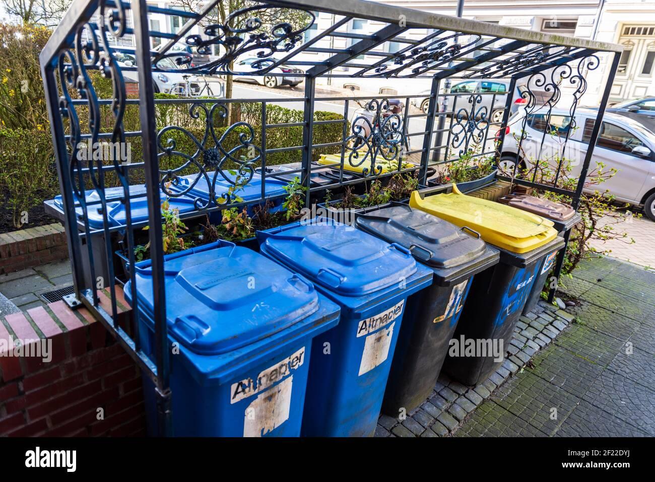 Hausmülltonnen für die Mülltrennung eines Wohnhauses Stock Photo