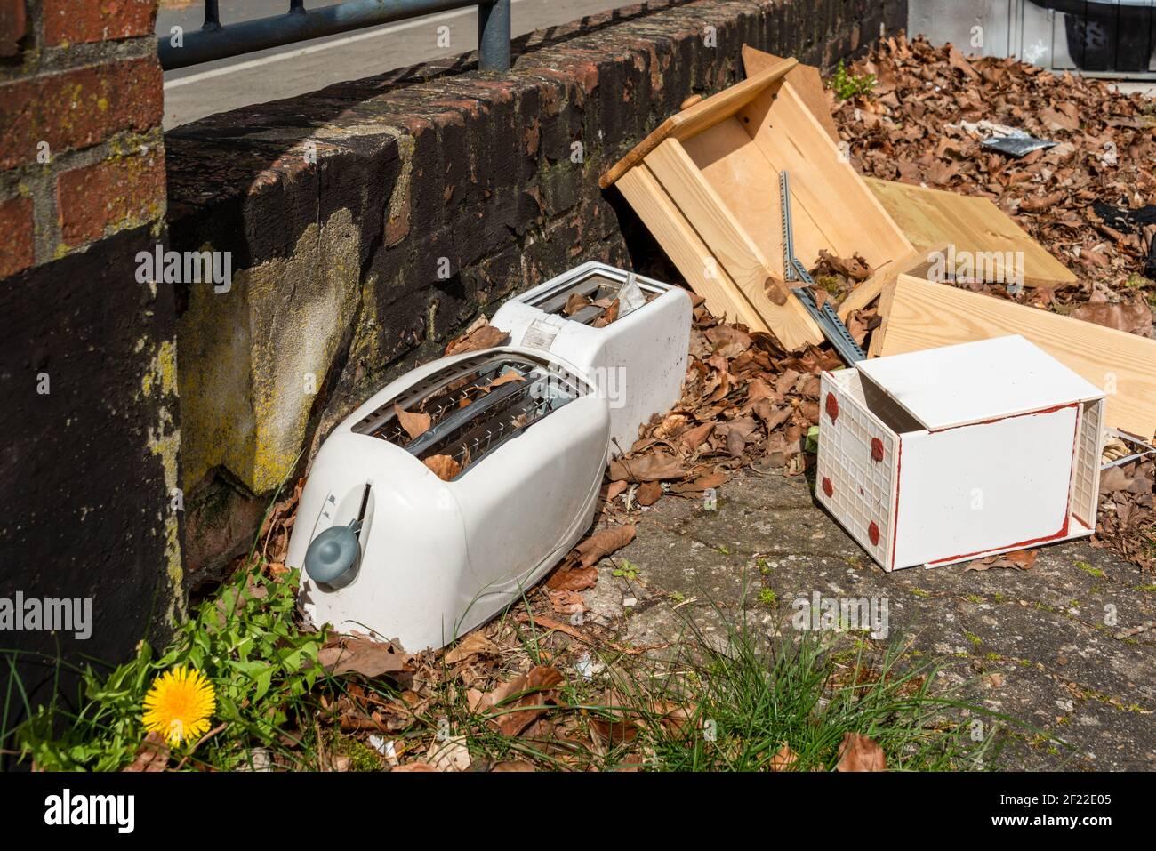 Achtlos weggeworfener Müll sorgen für eine höhere Ungezieferpopulation Stock Photo
