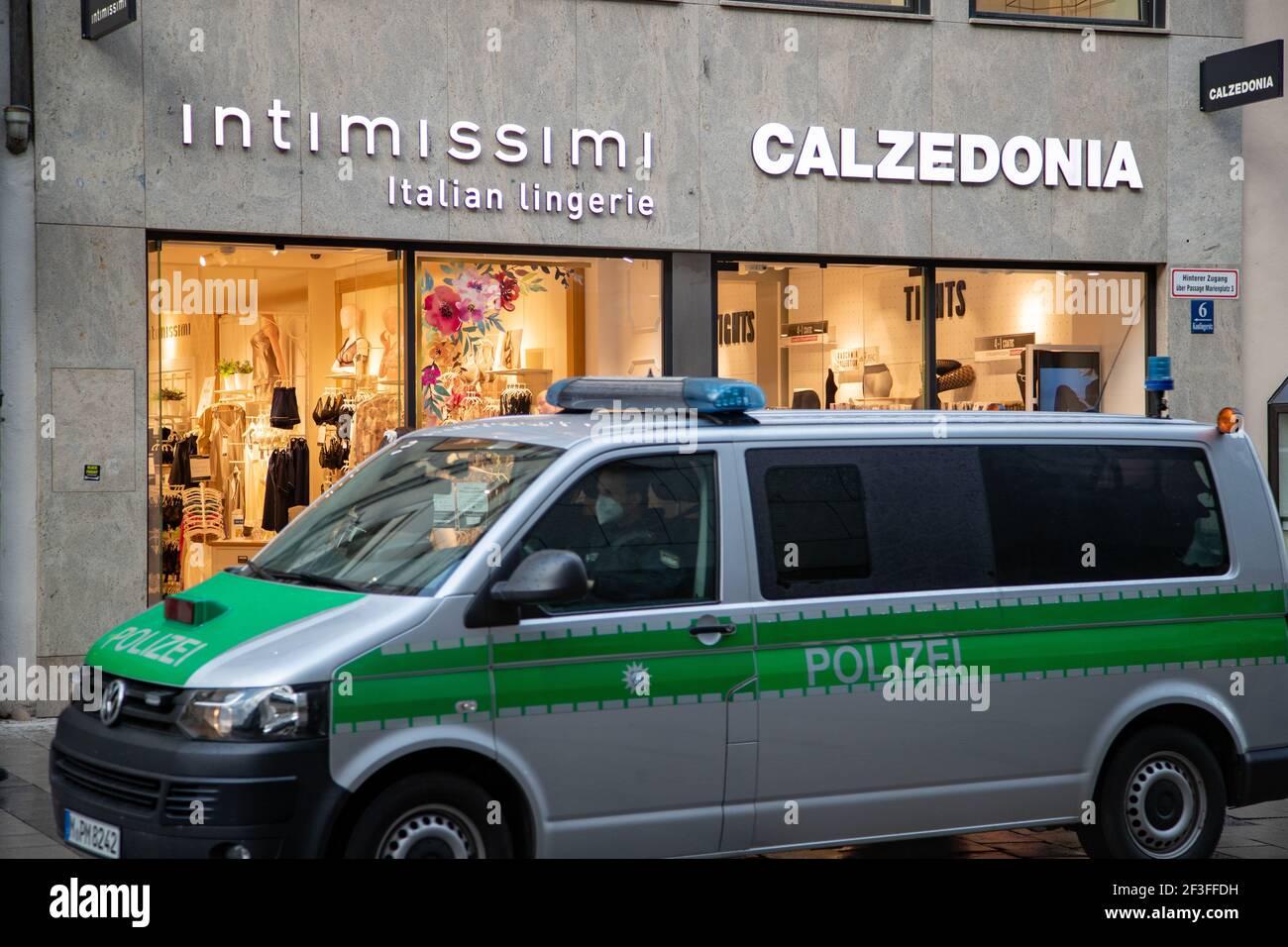 Schlange vor Intimissimo und Calzedonia während die Polizei dran vorbeifährt. Viele Menschen nutzen den Nachmittag am 16.3.2021, um in der Innenstadt von München einzukaufen. Da die Inzidenz in München weiter über 50 liegt und sogar stetig steigt, muss man zum Shoppen (in der Fußgängerzone) vorher einen Termin vereinbaren. - Many people use the occasion on March 16 2021 to shop in Munich downtown. As the incidence is over 50 and is rising, one has to register before buying. (Photo by Alexander Pohl/Sipa USA) Credit: Sipa USA/Alamy Live News Stock Photo