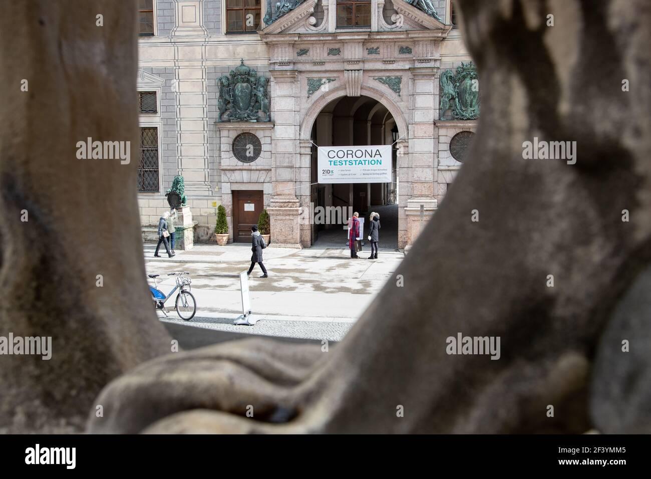 Corona Teststation in der Residenz. Während die Inzidenz in München weiter ansteigt und evtl. bald die Geschäfte wieder schließen müssen, sind viele Menschen am 18. März 2021 in der Münchner Innenstadt unterwegs und kaufen ein. Die neuen Varianten des Coronavirus betragen in der Landeshauptstadt aktuell fast 70%. * While the incidence is rising and the shops may have to close again, many people on March 18 2021 go to the pedestrian zone in Munich, Germany and buy stuff. The number of new variants in Munich is about 70%. (Photo by Alexander Pohl/Sipa USA) Credit: Sipa USA/Alamy Live News Stock Photo