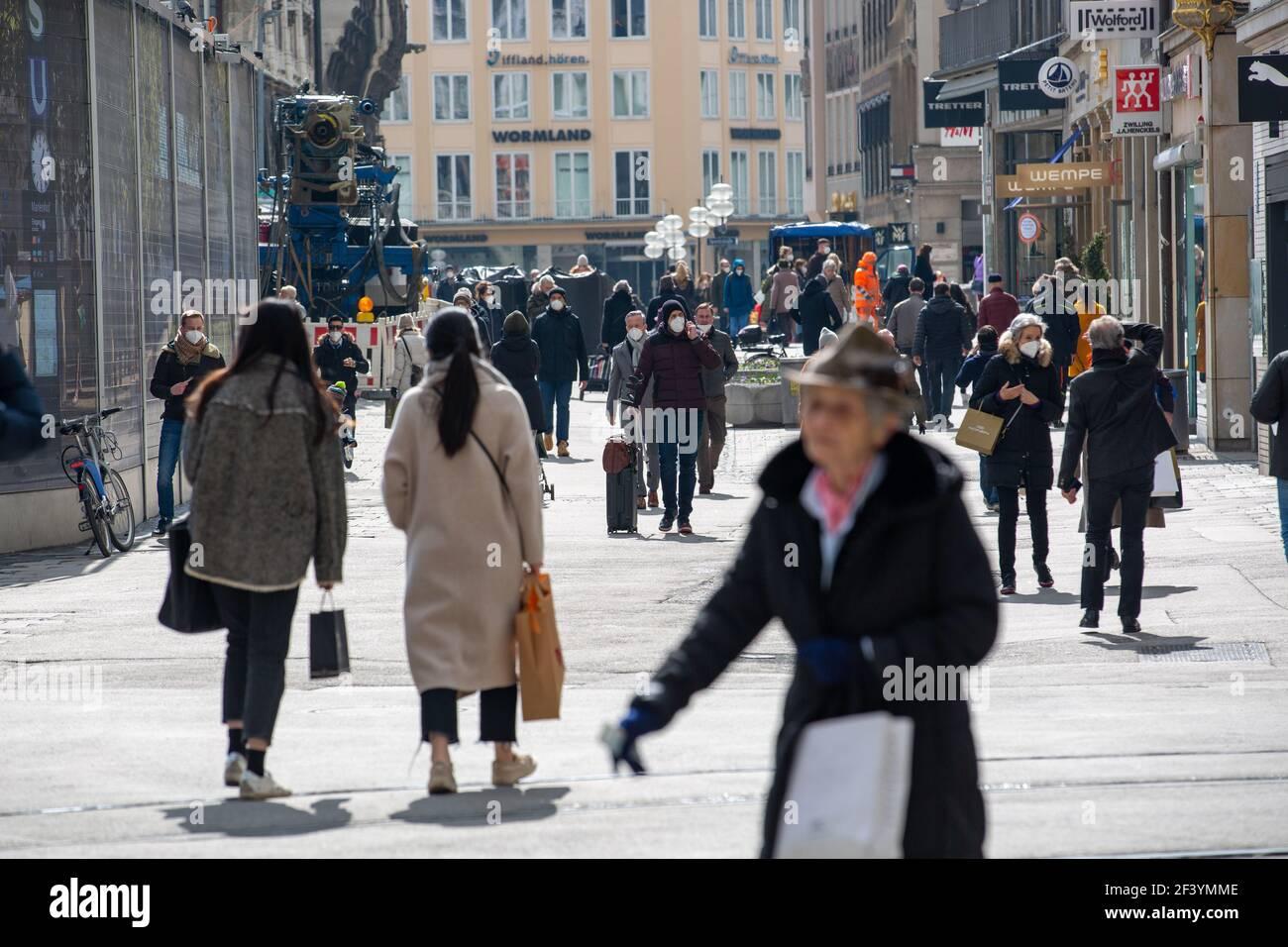 Während die Inzidenz in München weiter ansteigt und evtl. bald die Geschäfte wieder schließen müssen, sind viele Menschen am 18. März 2021 in der Münchner Innenstadt unterwegs und kaufen ein. Die neuen Varianten des Coronavirus betragen in der Landeshauptstadt aktuell fast 70%. * While the incidence is rising and the shops may have to close again, many people on March 18 2021 go to the pedestrian zone in Munich, Germany and buy stuff. The number of new variants in Munich is about 70%. (Photo by Alexander Pohl/Sipa USA) Credit: Sipa USA/Alamy Live News Stock Photo